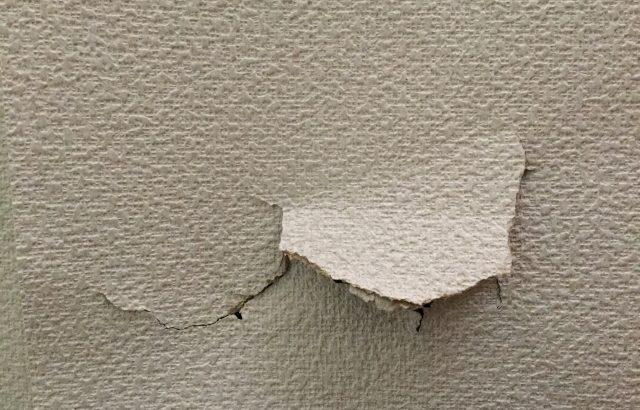 壁紙クロスがめくれて破れた!壁紙の補修は「はがせる壁紙シール」!